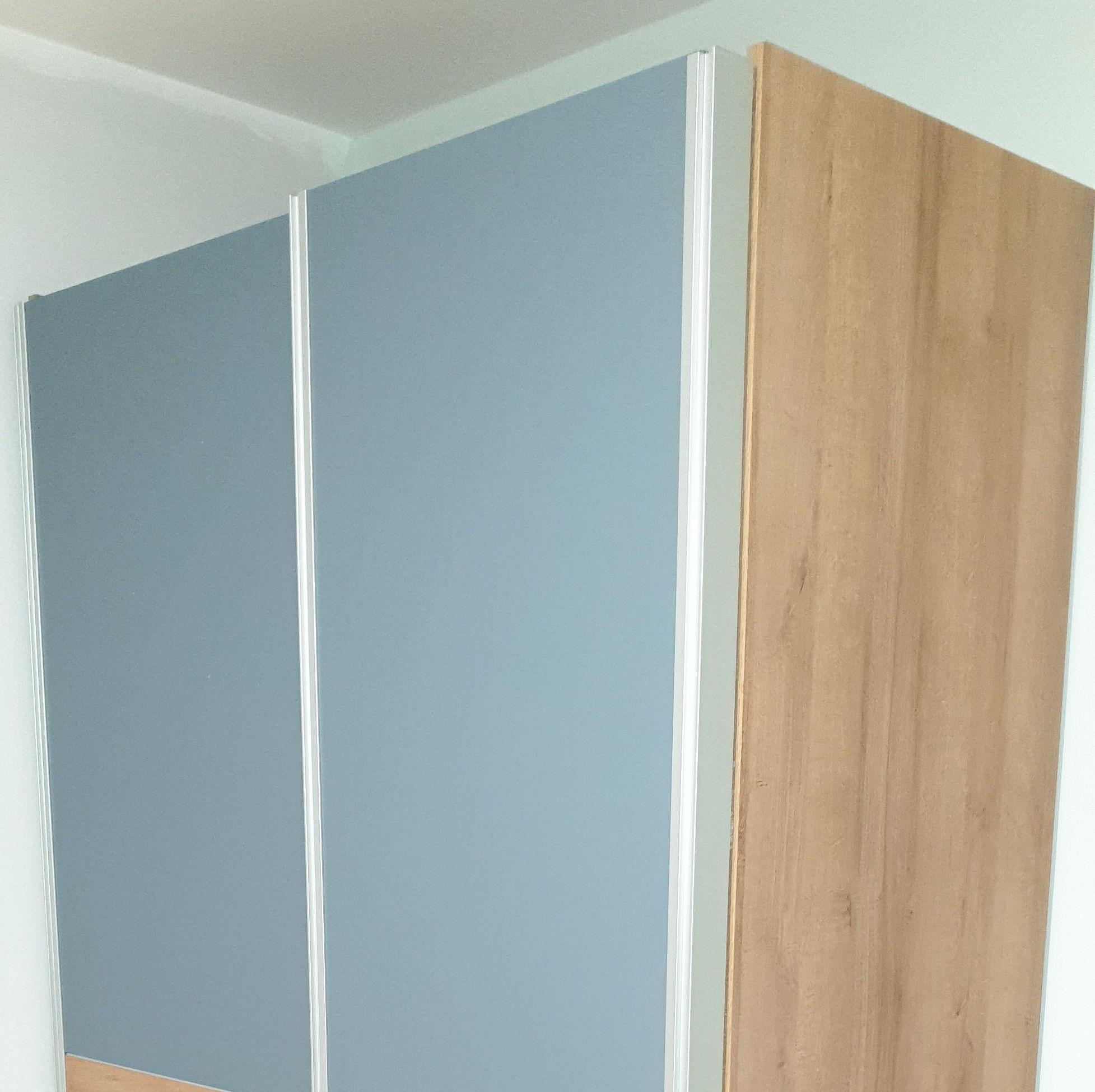 Más armarios, con diferentes colores.