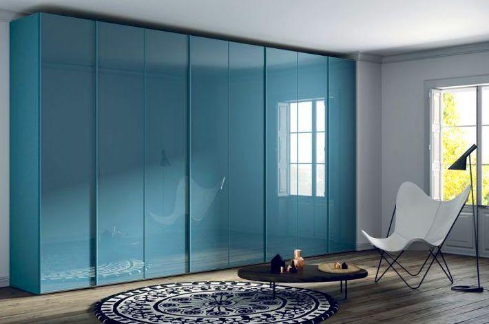 Armario de puertas batientes en laca azul