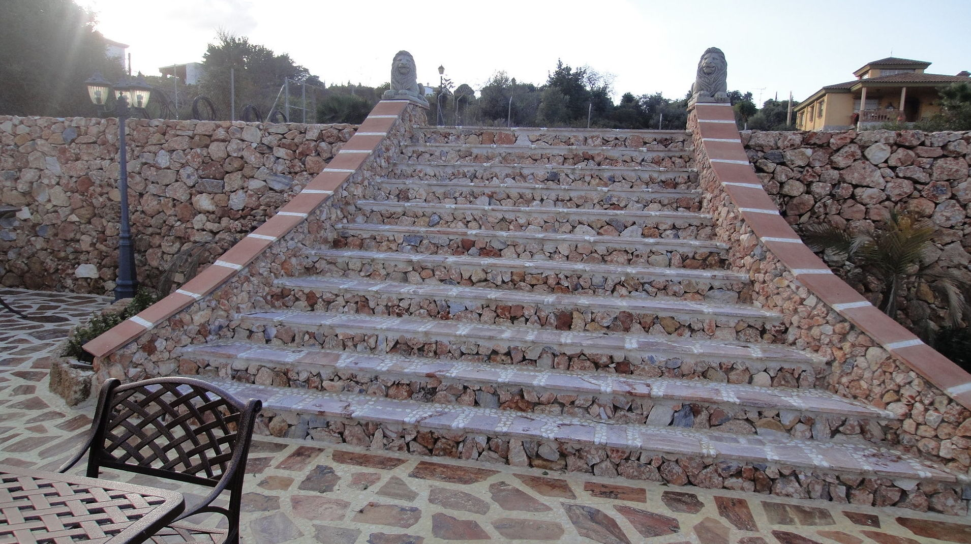 Escalera exterior de chalé