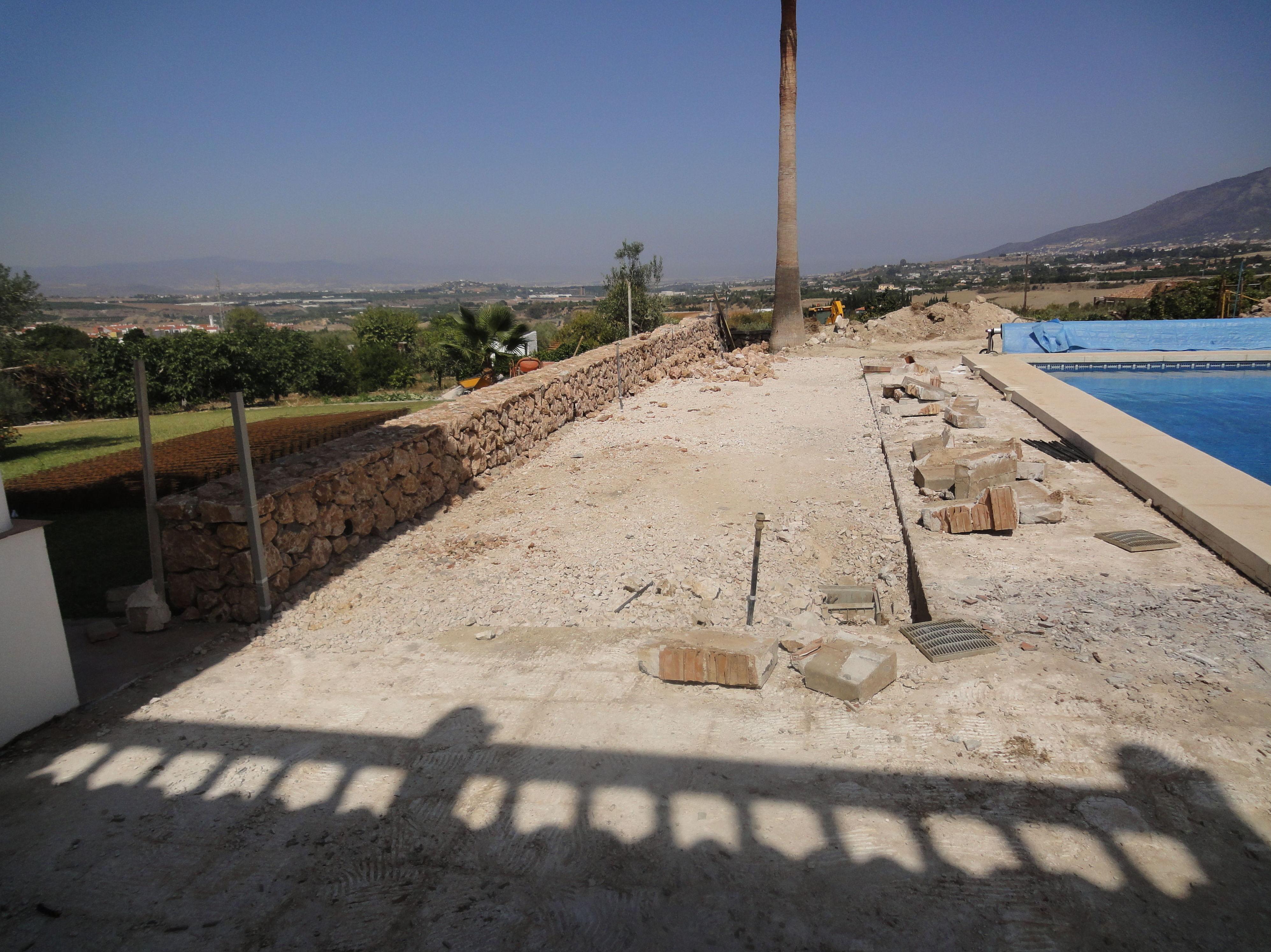 Instalación de zona ajardinada para piscina