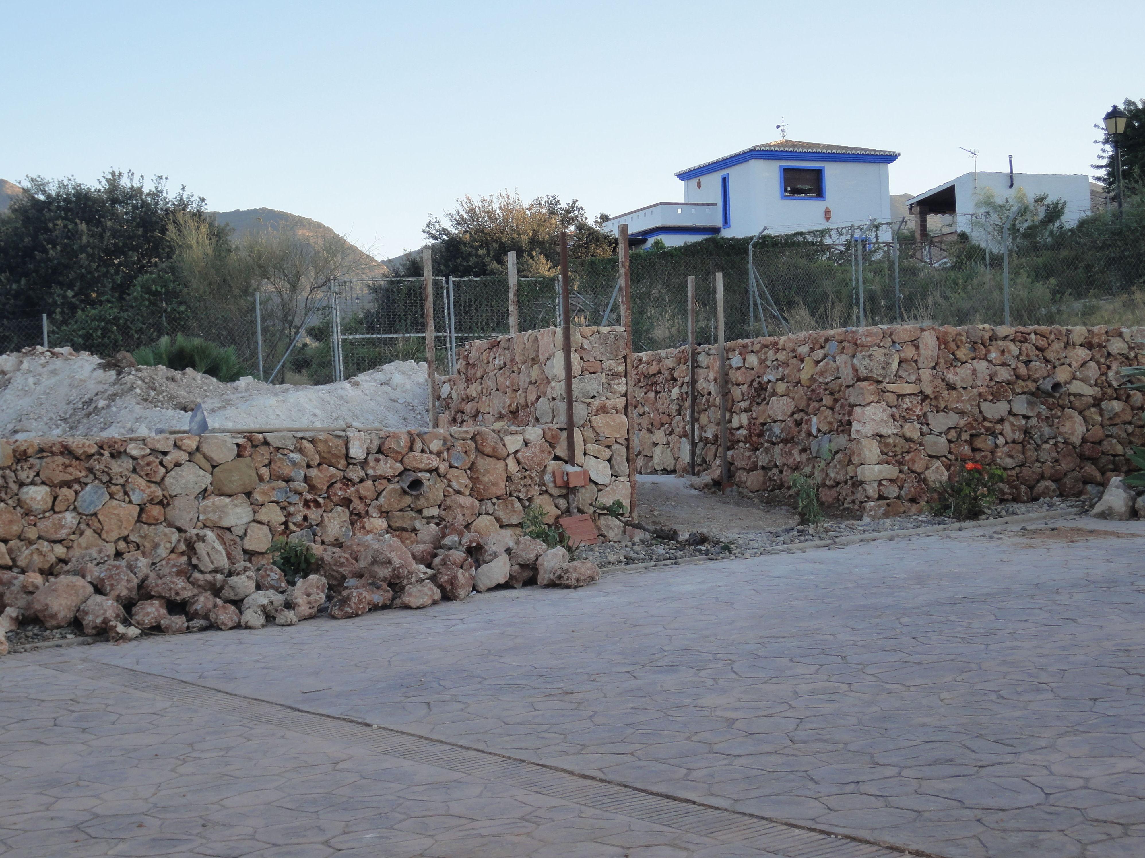 Construcción de muro de piedra exterior