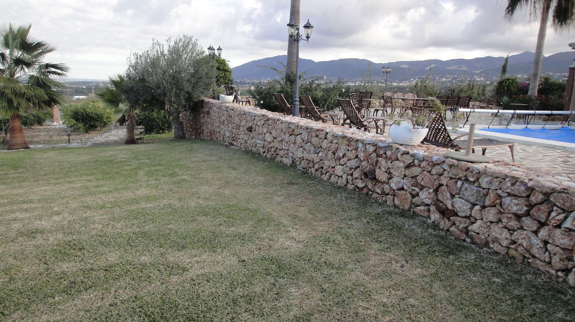 Exterior con jardín y piscina