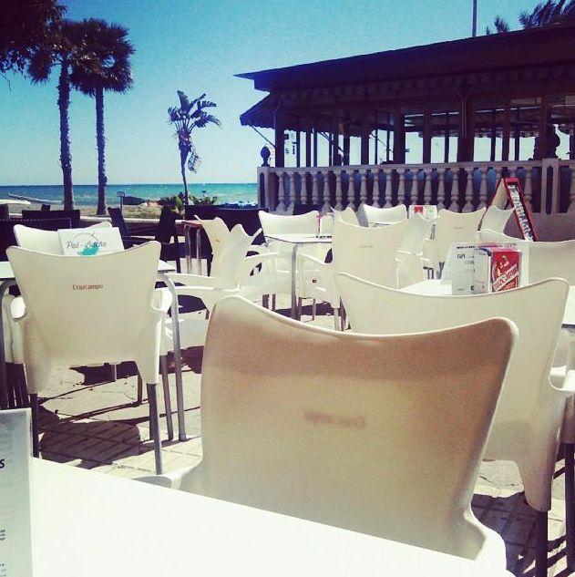 Restaurante con terraza exterior y enfrente del mar