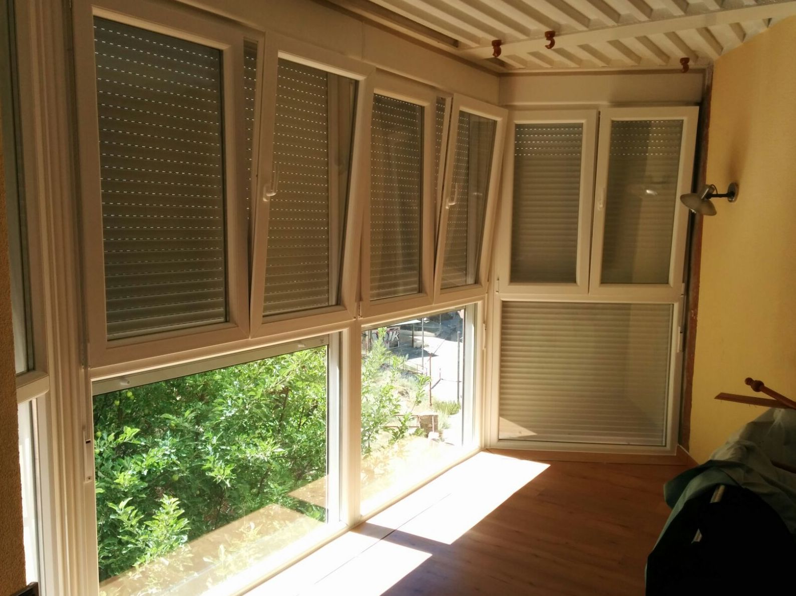 ventanas oscilobatientes de pvc con persianas