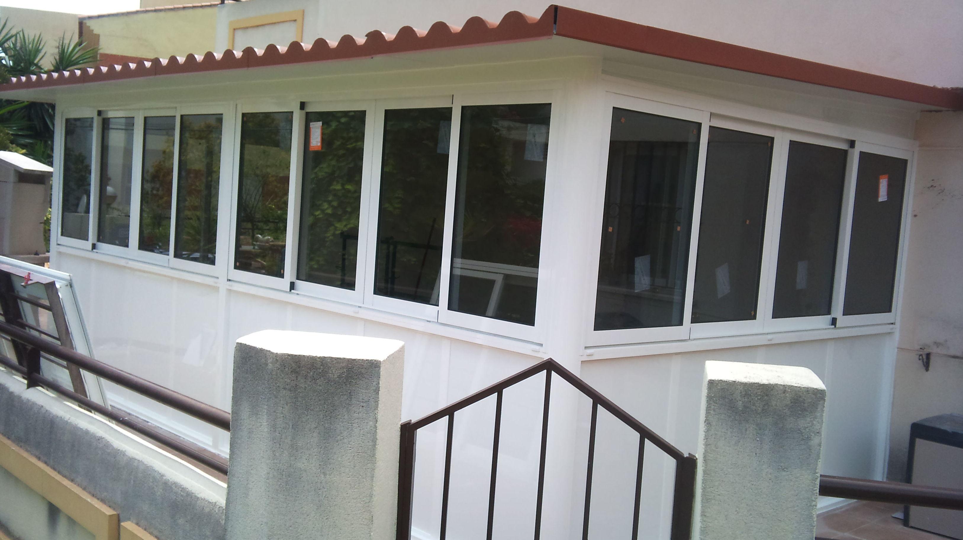 cerramiento de aluminio con techo de panel sandwich imitacion teja