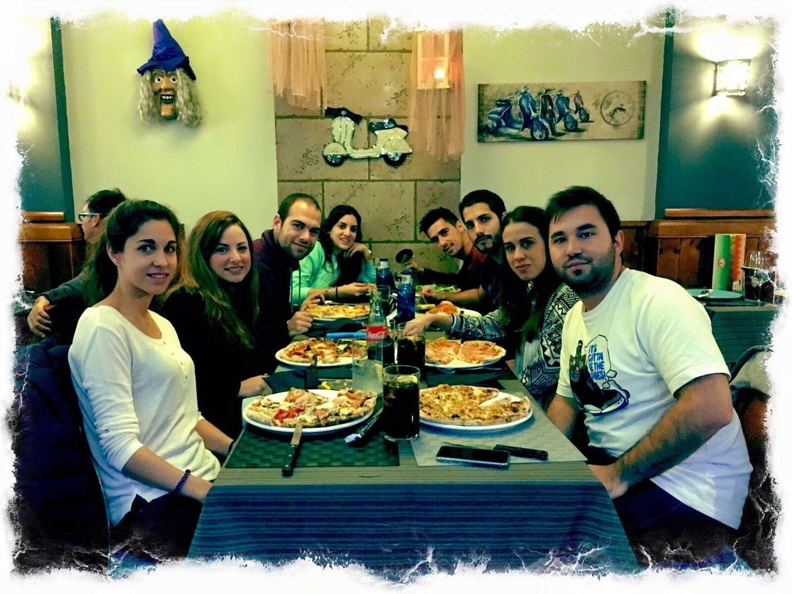 Disfrutando en la vespa 50 pizzería un gran momento.