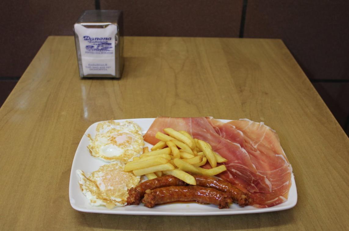 Huevos con chistorra, jamón y patatas