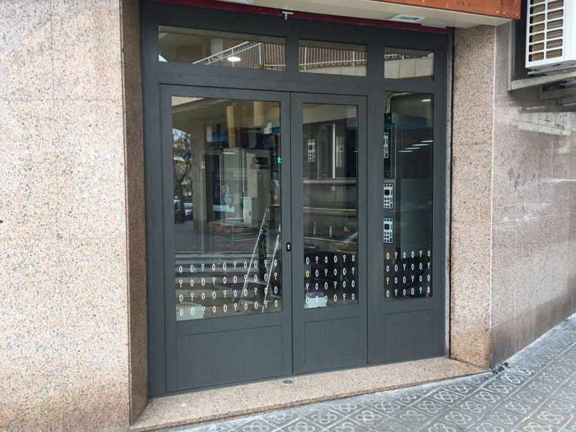 Puertas de aluminio para portales en Viladecans