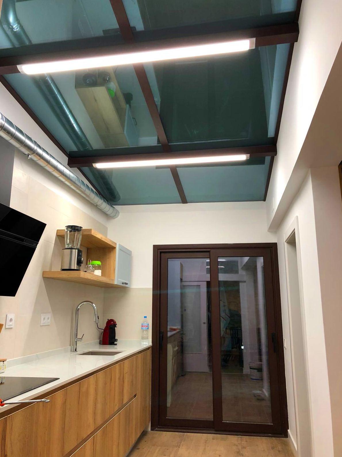 Corredera con rotura de puente termico y vidrio Guardian Sun y techo de vidrio con triple capa.
