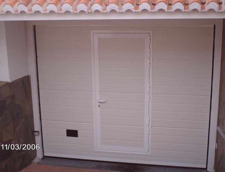 Puerta con paso incorporado