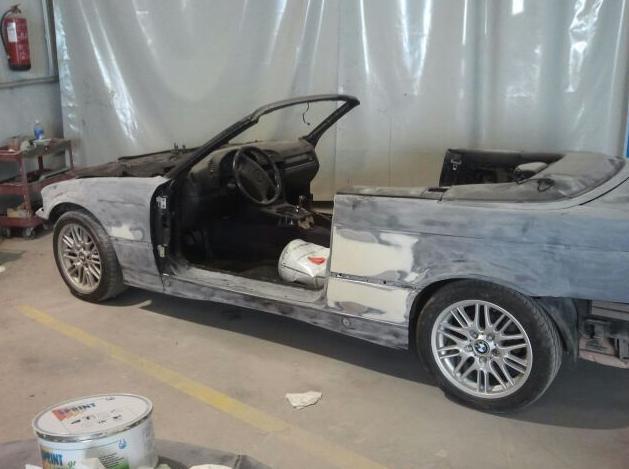 Vehículo en proceso de reparación en Autochapa 2000