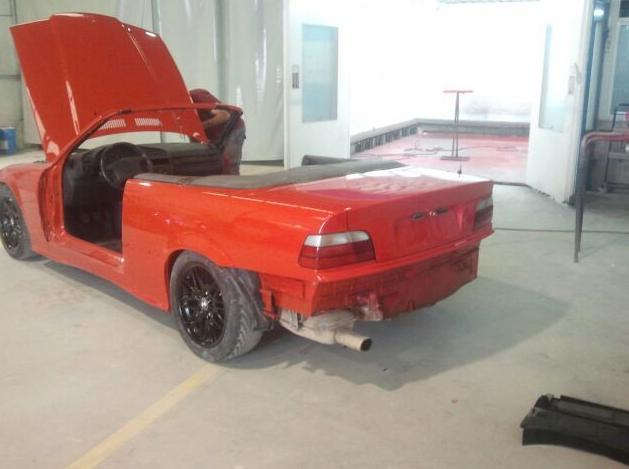 Automóvil en proceso de restauración en Pilar de la Horadada