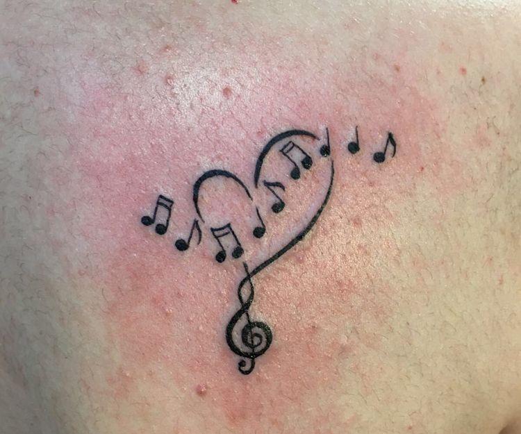 Tatuaje con notas musicales