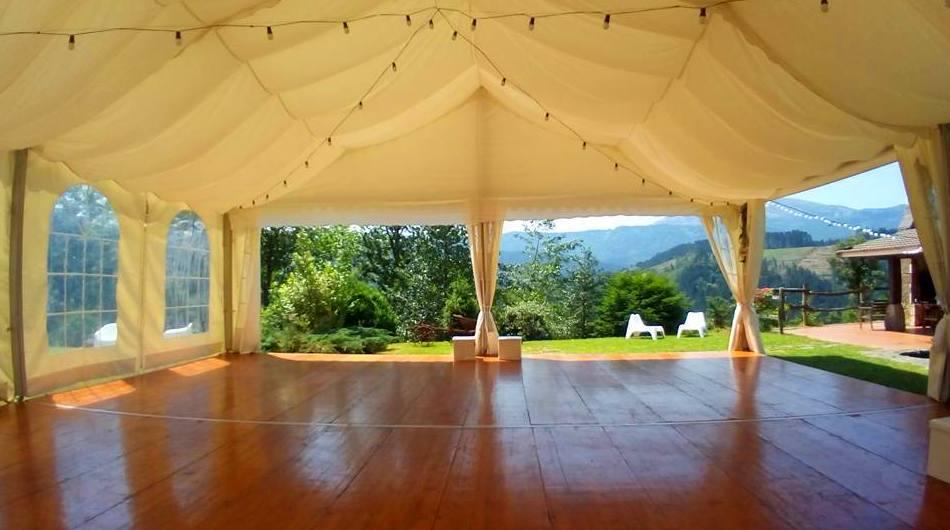 Carpa 100 m2 con suelo parquet e iluminación guirnalda