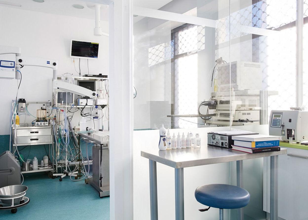 Clínica veterinaria con un completo quirófano