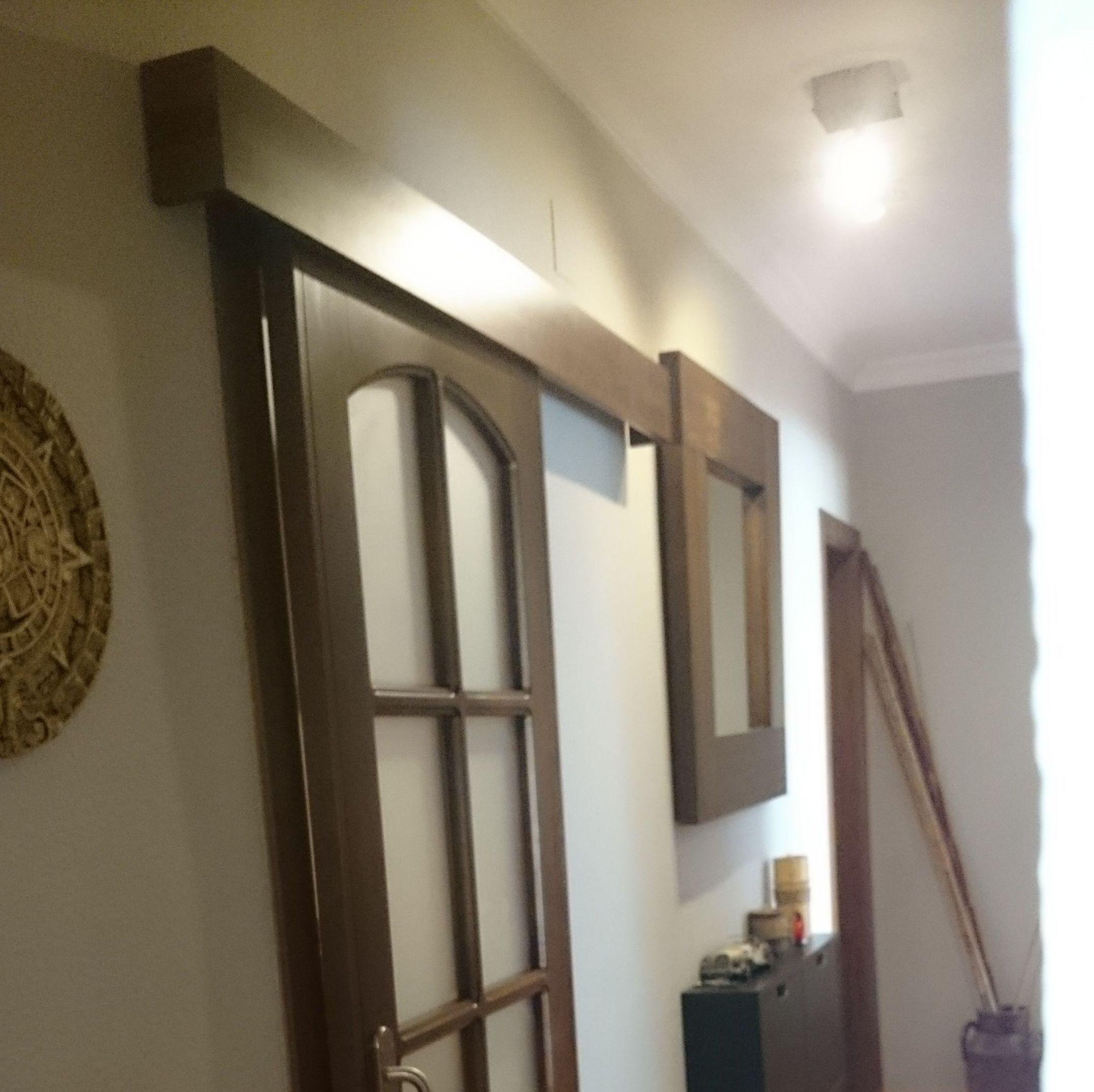 Puerta de paso corredera con galería para ocultar herrajes.
