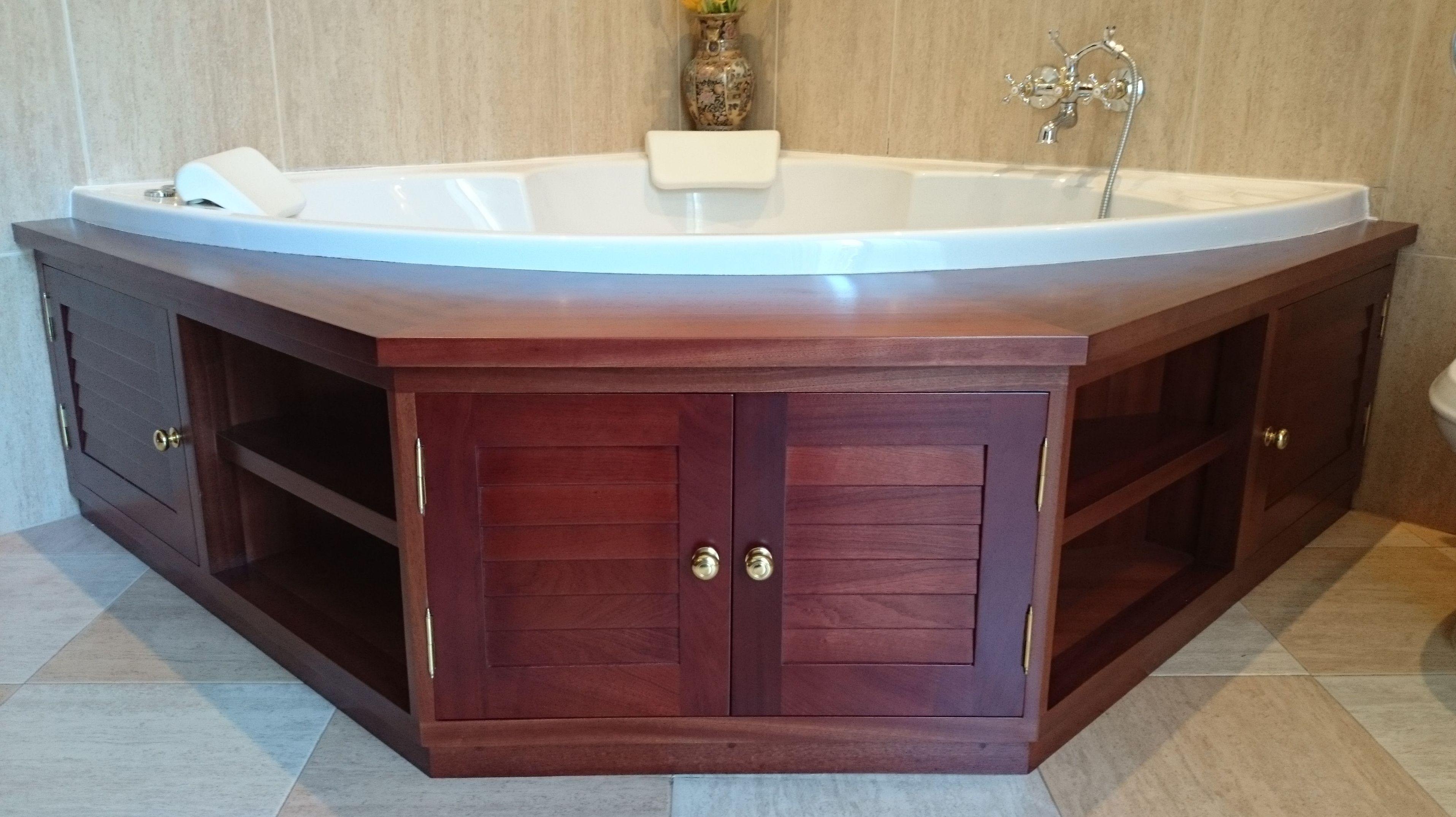 Mueble para cubrir bañera fabricado en madera de sapelly.