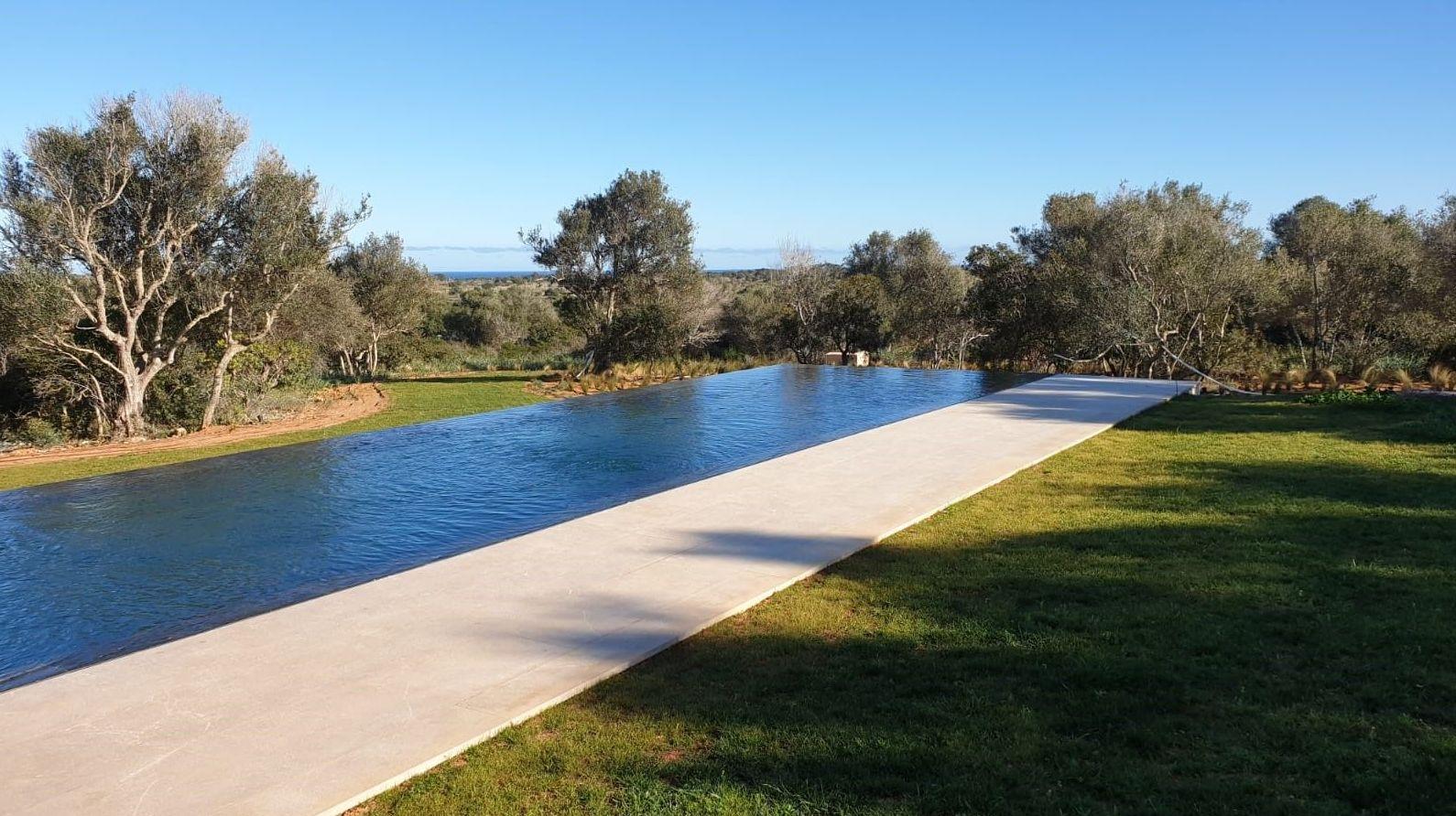 Espectacular piscina en Santanyi con desbordante a 4 lados