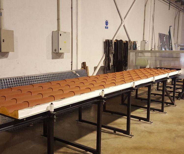 Cortando panel teja en mesa de corte