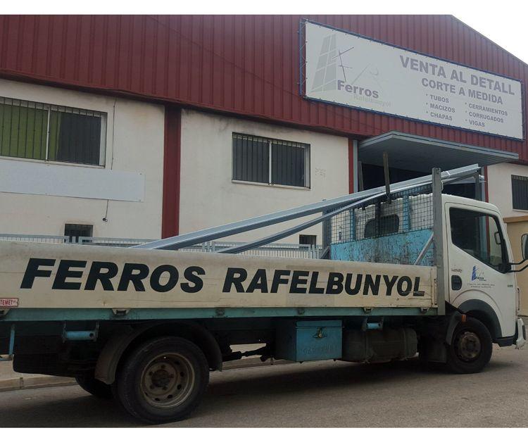 Uno de nuestros camiones en la puerta de la nave