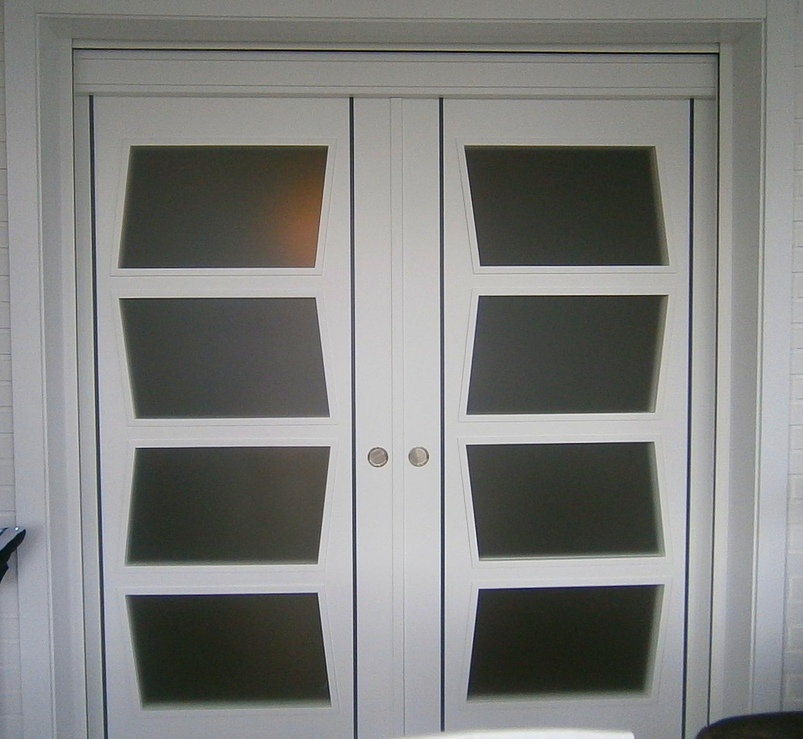 Puerta de interior doble , lacada en blanco con greca negra .