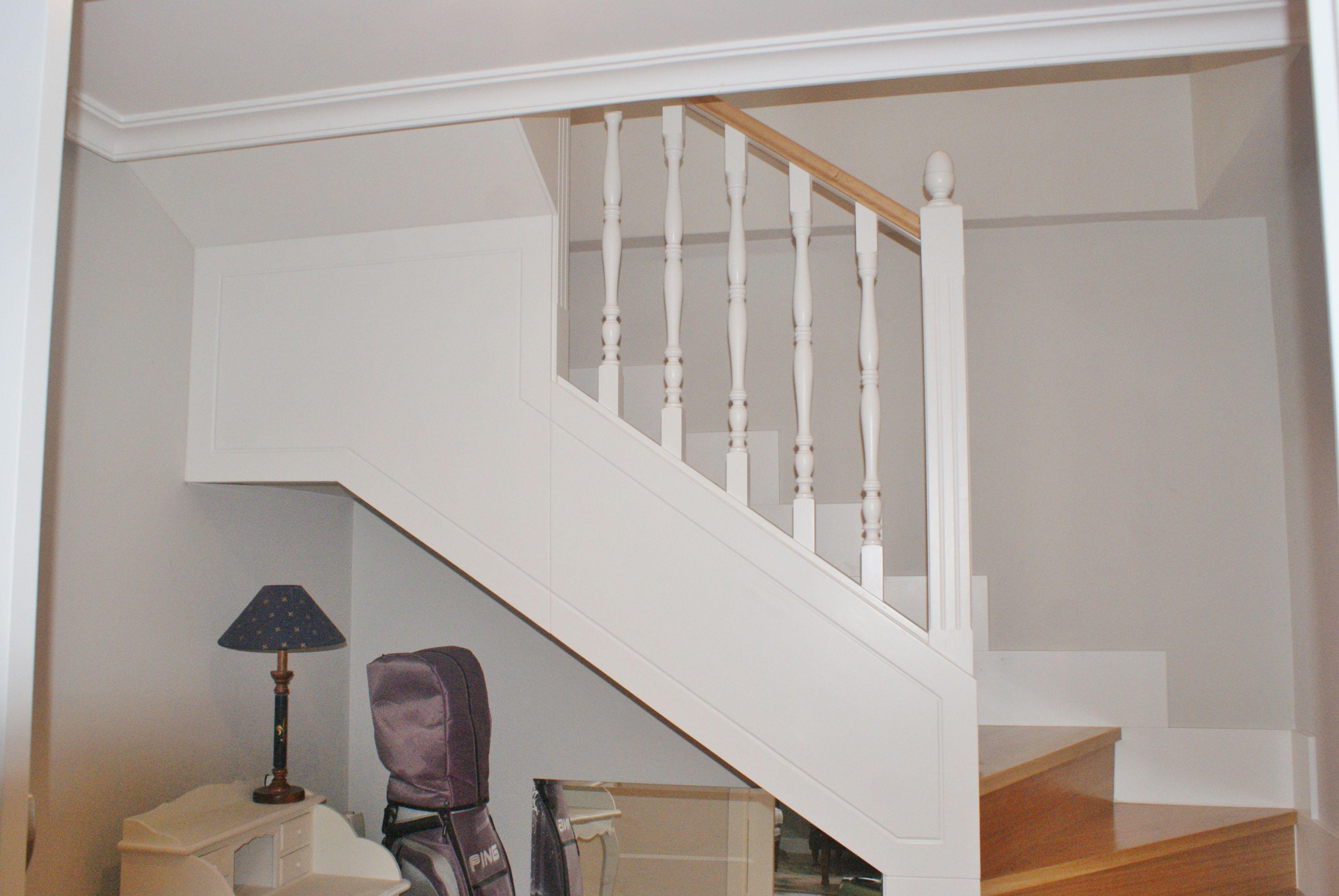 Escalera de madera lacada en blanco con pasamanos en roble barnizado en su color