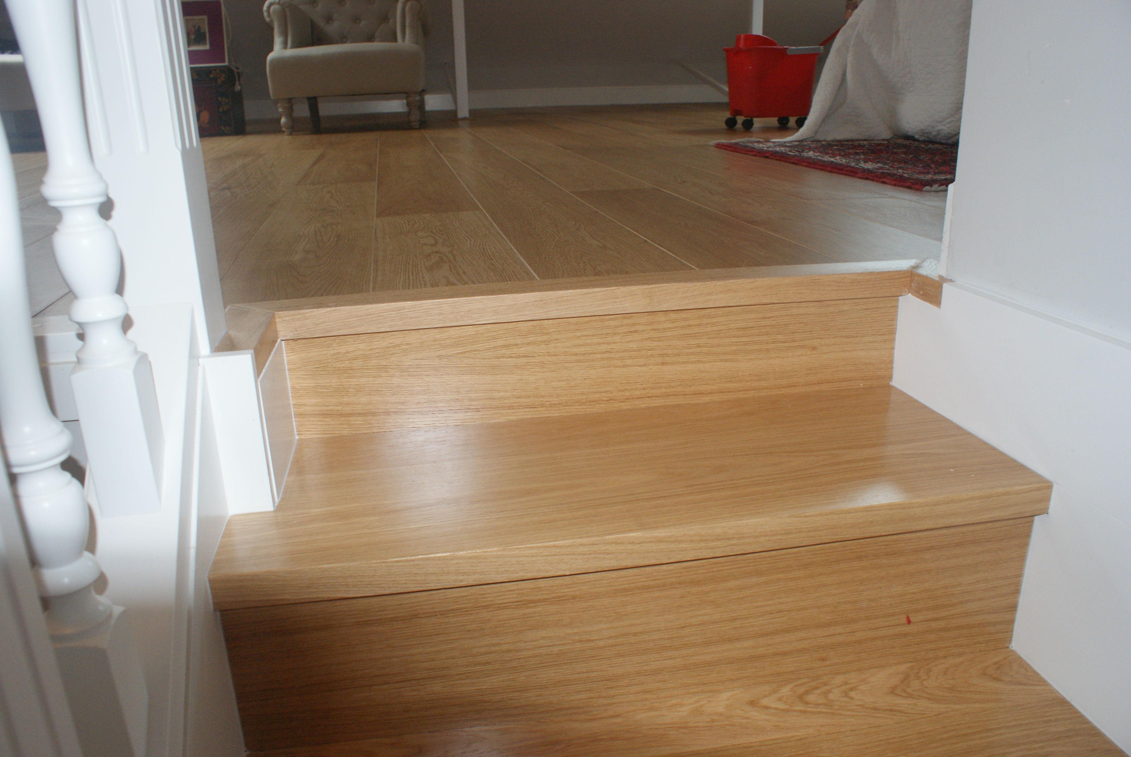 Forrado de escalera Con peldaño en madera de roble Macizo , barnizado en su color