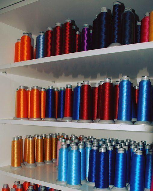 Descubre las numerosas opciones de bordado que te ofrecemos: hilos mate, flúor, multicolor, termosensibles