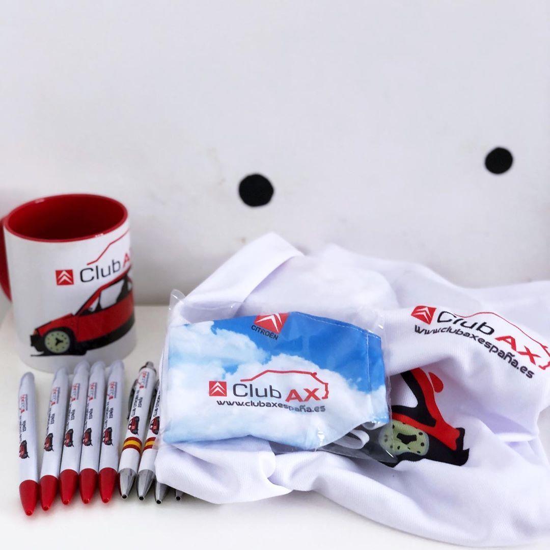 Conjunto de regalos promocionales personalizados para el @club_ax_espana_oficial, mascarillas de protección, camisetas, tazas y bolígrafos.