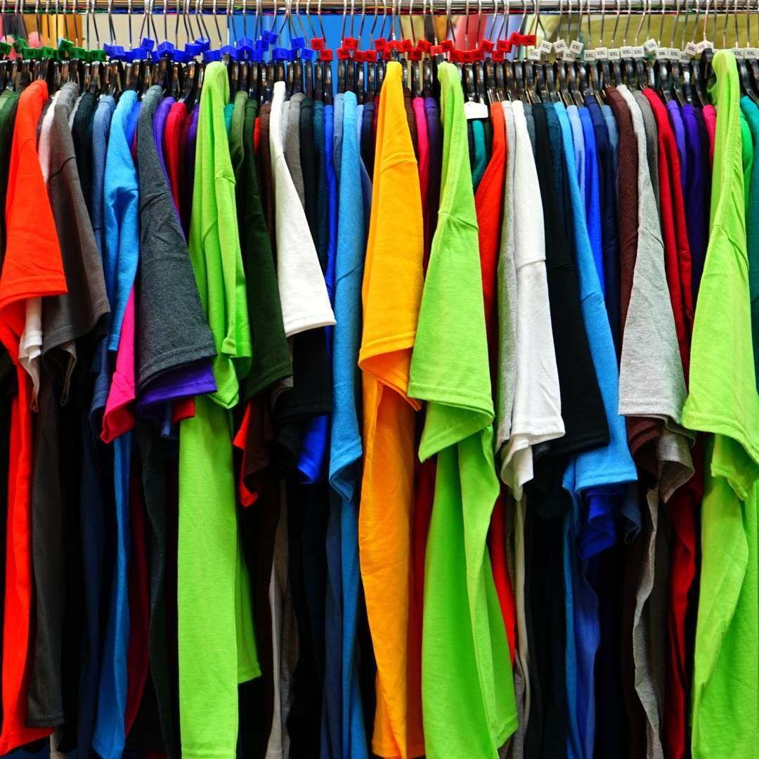 Artículos de merchandising y prendas textiles personalizados.