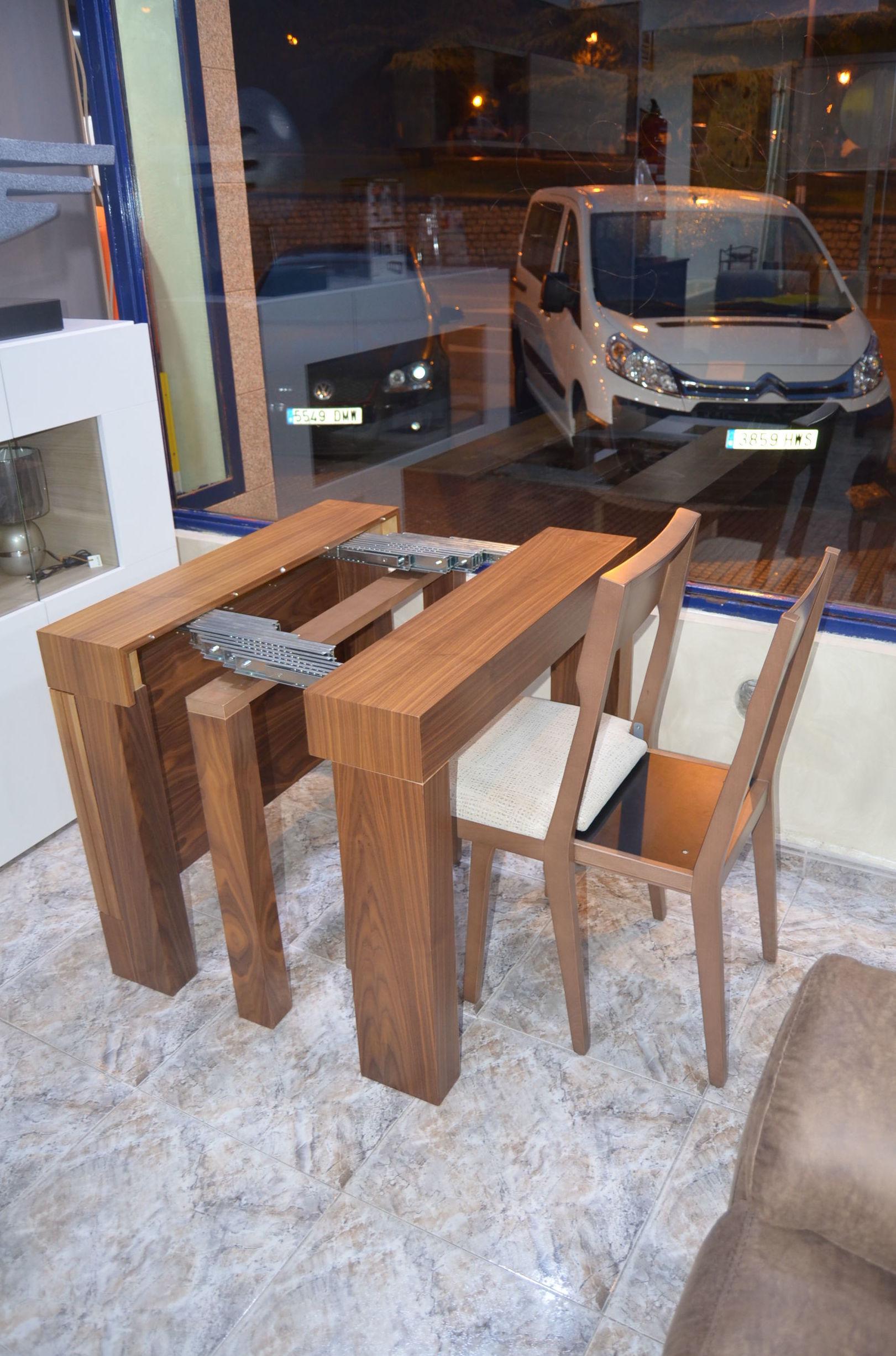 Mesa con sillas acopladas