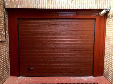 Puerta seccional acanalada lacada