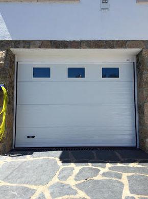 Puerta seccional acanalada con ventanas