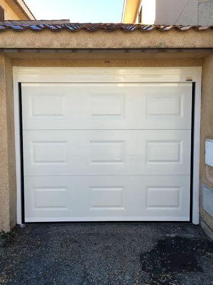 Puerta seccional con cuarterones