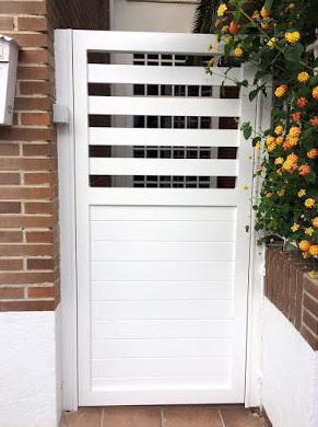 Puerta peatonal de aluminio lacado blanco