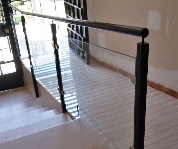 Escalera de acceso de cristal