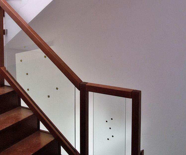 Escaleras de madera y cristal