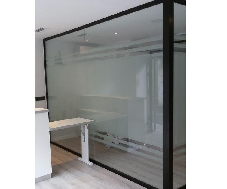 Despacho con paredes de cristal