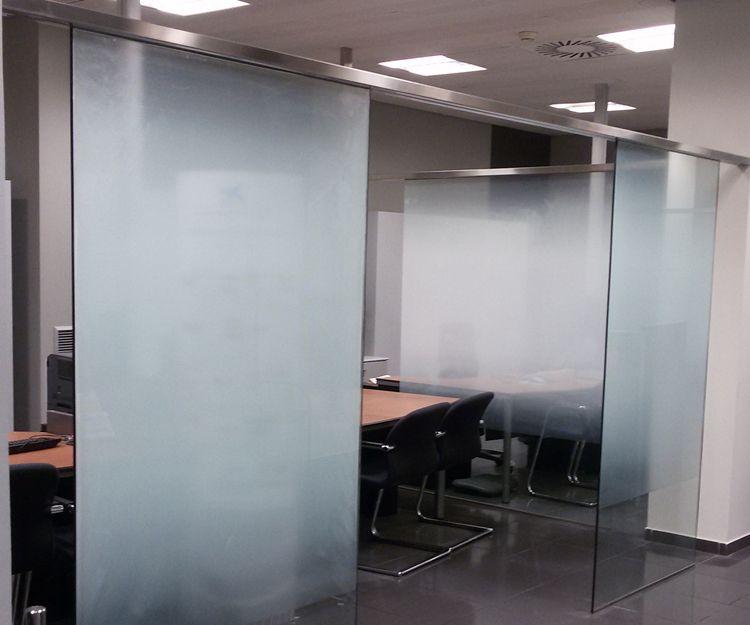 Cristaleras para separar despachos