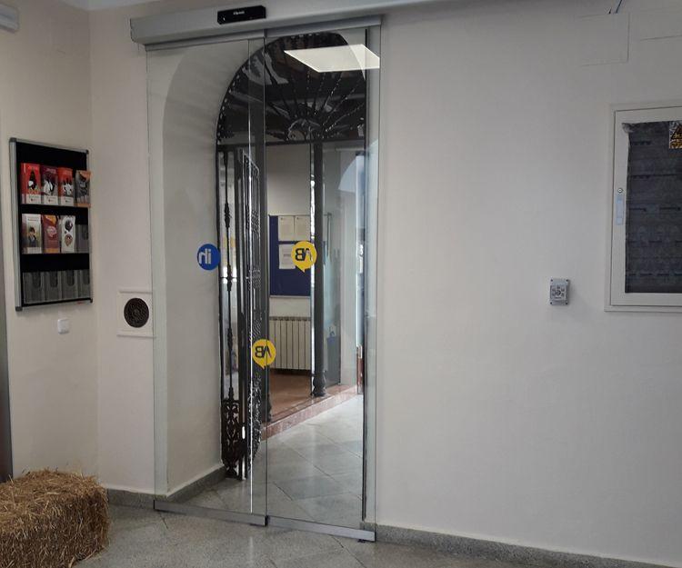 Puerta de cristal para entrada a hotel