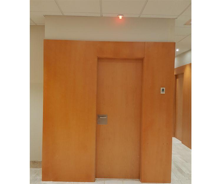 Puertas de madera en oficina en Sant Antoni de Vilamajor
