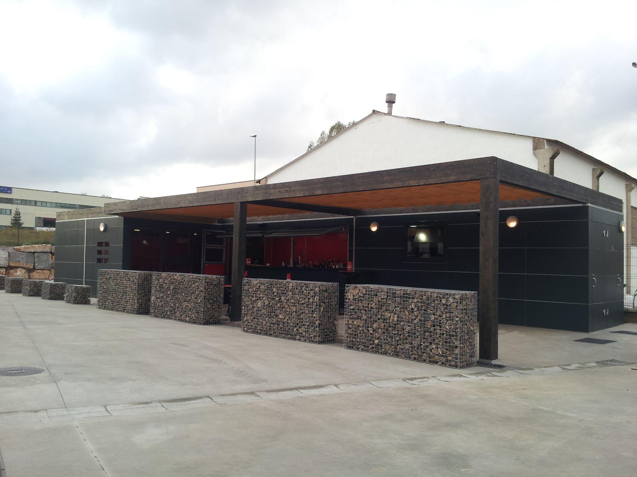 Instalación de contenedores en bar en Sant Antoni de Vilamajor