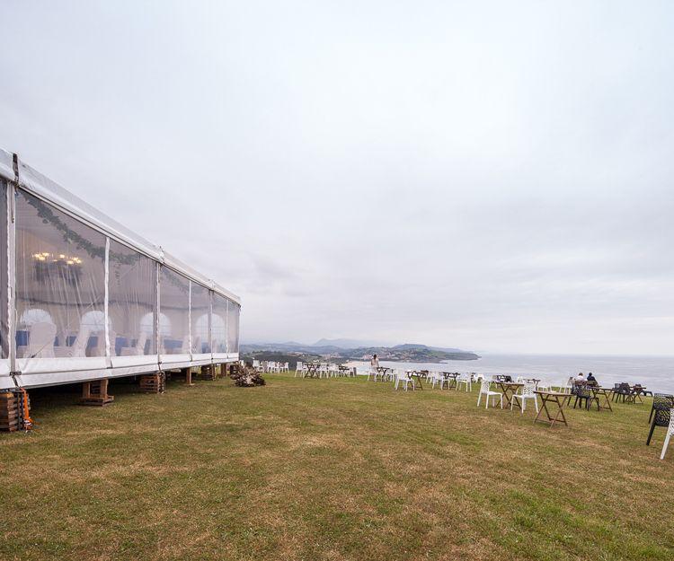 Carpa para boda con mesas exteriores