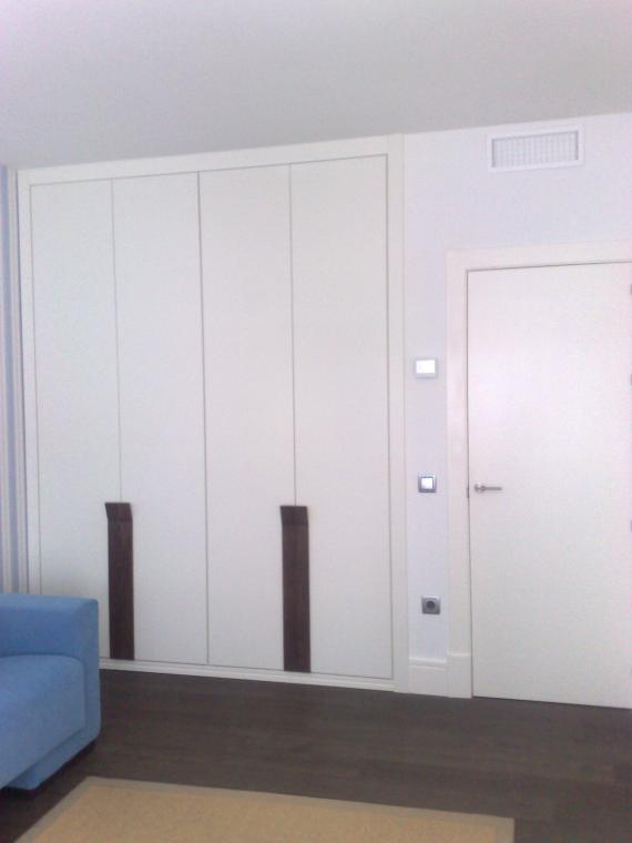 armario lacado y tirador de wengué