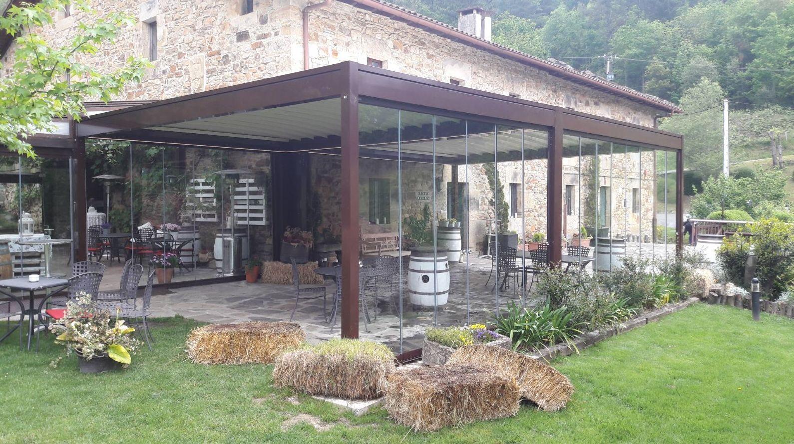 Pérgola con cortina de cristal en Bilbao