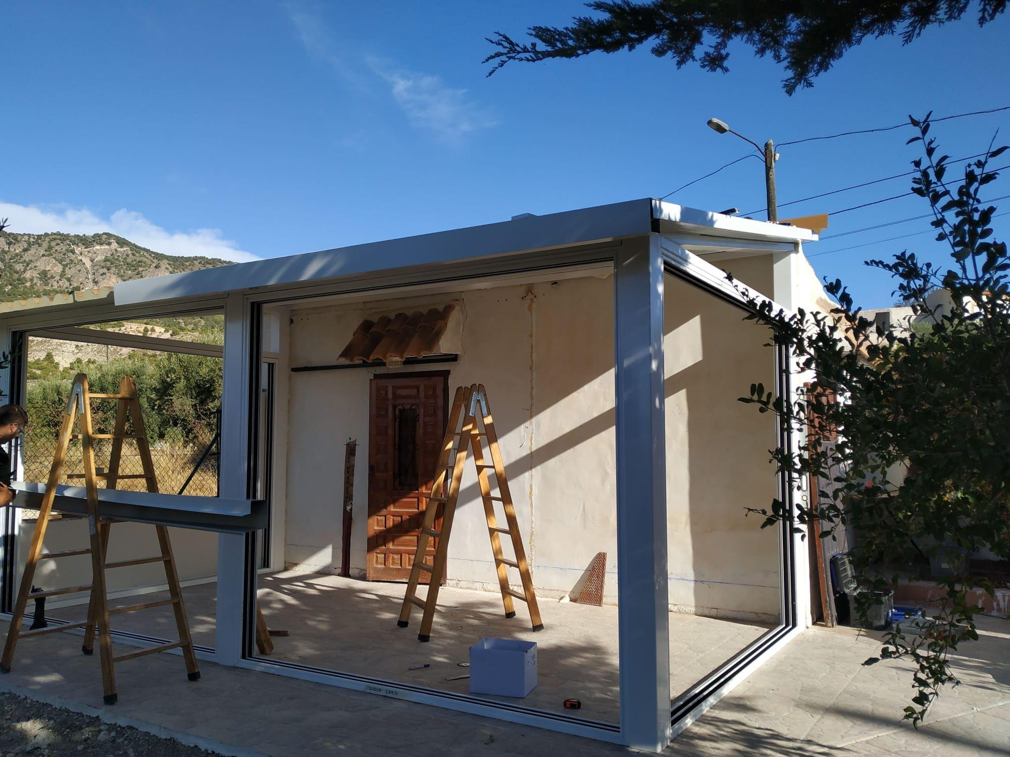 Colocación de techos y marcos para correderas:  de LMC Glass