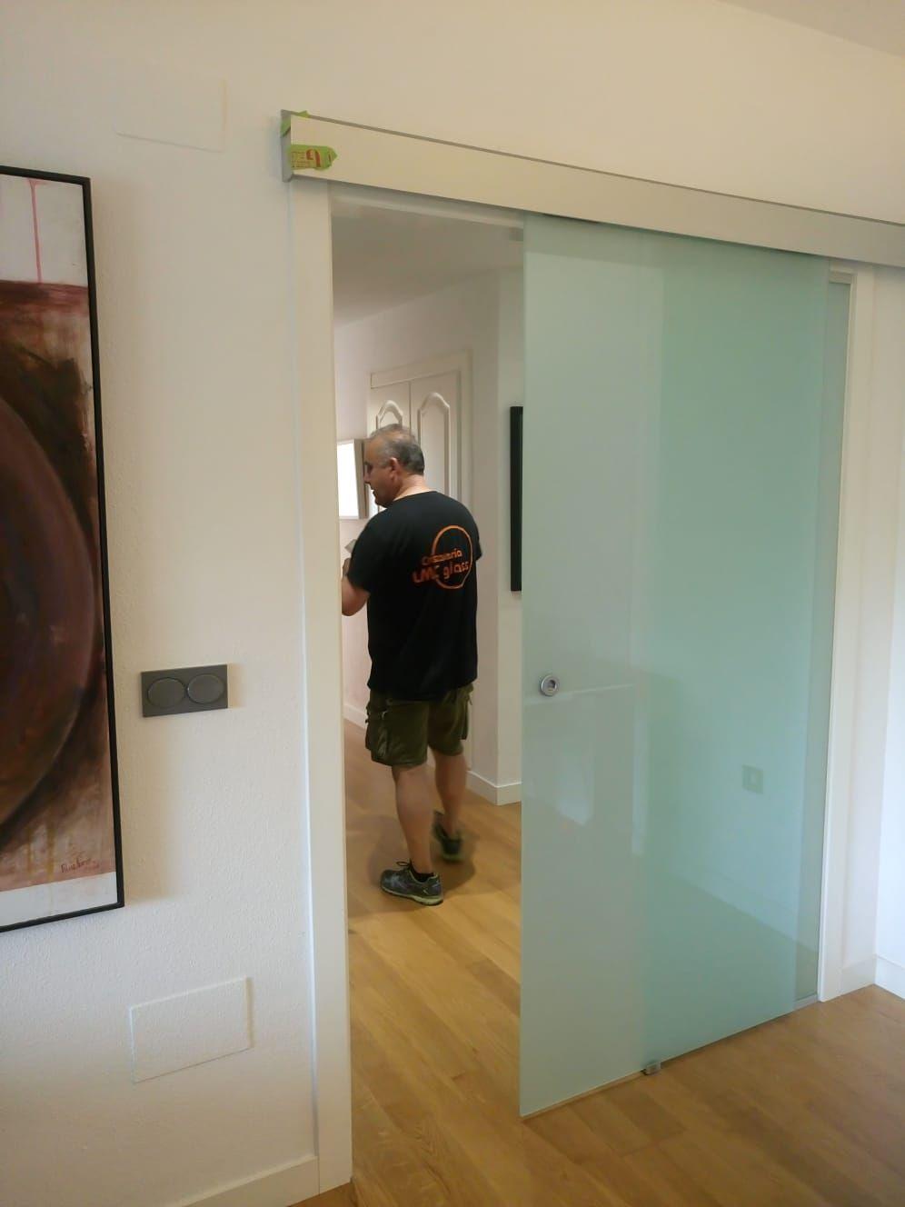 Puerta corredera y fijo en vidrio laminado translúcido: Catálogo de LMC Glass