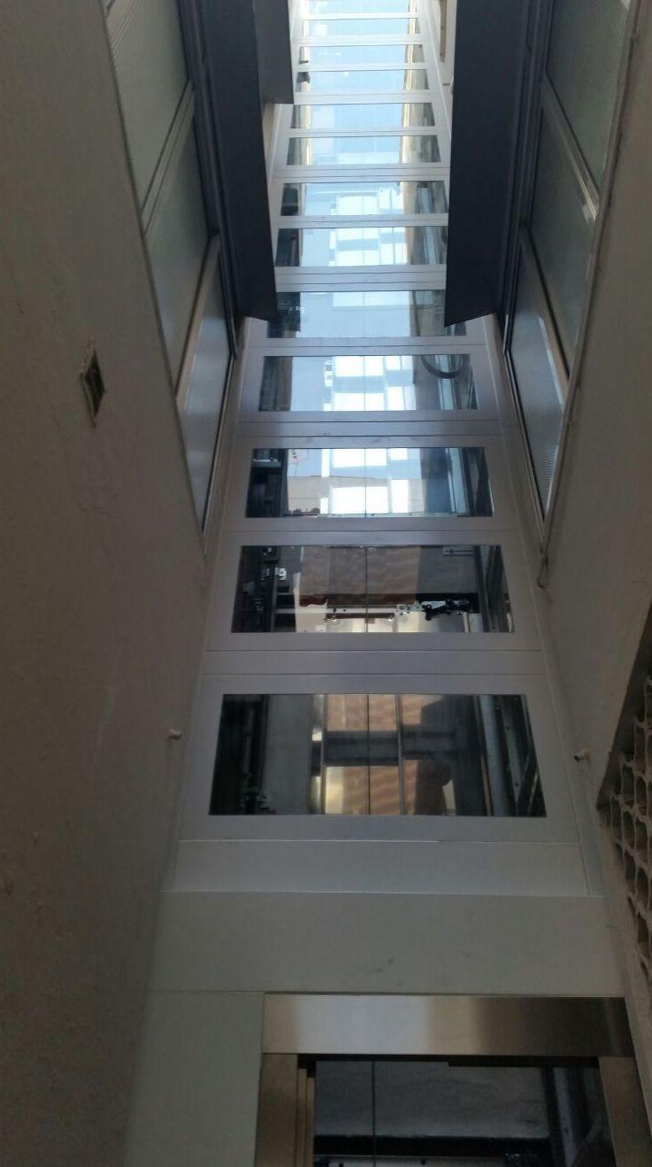 Estructura de cerramiento en vidrio de hueco de ascensor en el barrio de triana Sevilla| Jaco Construcciones