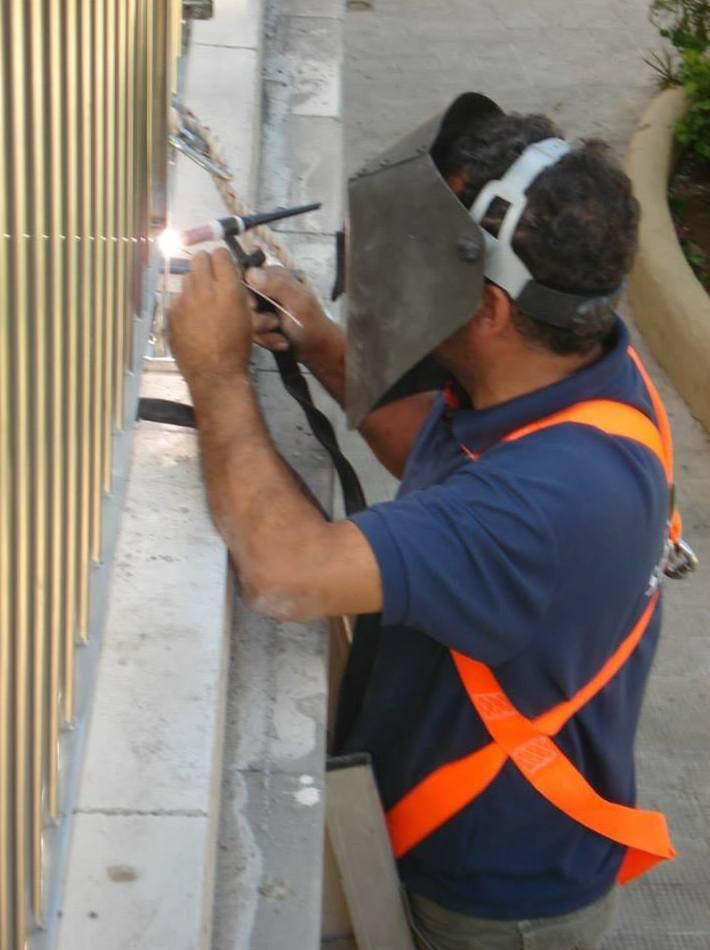 Trabajos de instalación de elementos de acero inoxidable
