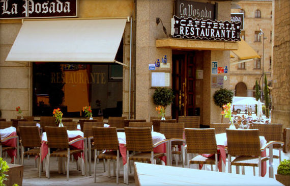 Terraza exterior del restaurante La Posada